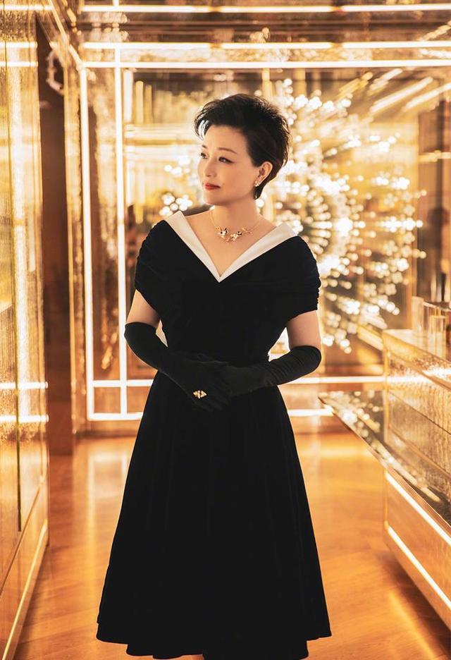 带货女王主持人杨澜难得高调一回,携总裁丈夫恩爱亮相,黑裙短发气质十足