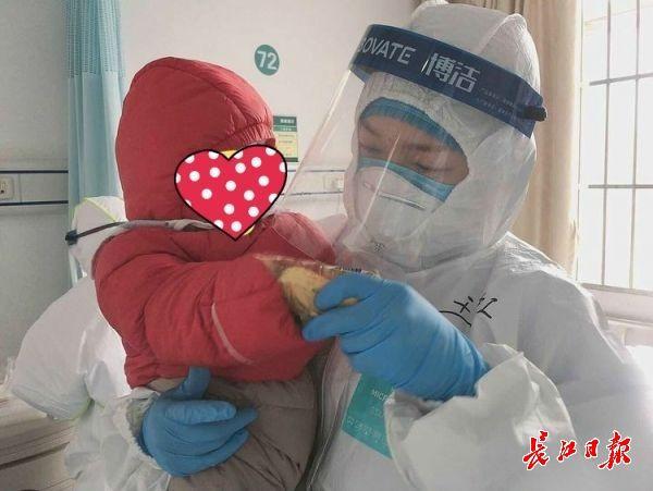 """6个月宝宝感染新冠肺炎住院,医护们轮流当""""临时爹妈"""""""