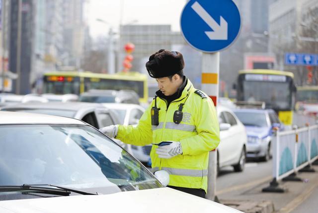 [阿虎汽车]明明红灯可以右转却被扣6分?交警:这3种情况,见一次罚一次