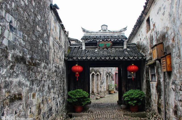 """「旅行百事通」因电影火过的小镇,被称为""""中国历史文化名镇"""",如今却无人知晓"""