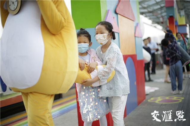 全国党媒信息公共平台电车公司送给小朋友的儿童节礼物:来一场公交站台的梦幻之旅