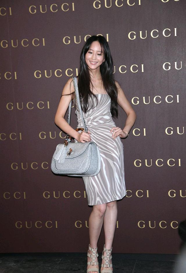 第五大道张钧甯有着知性大方的外形,穿灰色宽肩连衣裙,有着女性的知性美