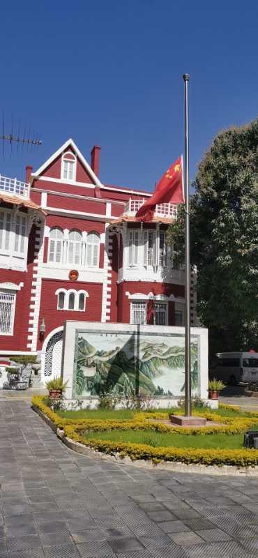 『央视新闻客户端』中国驻埃及使馆下半旗 深切悼念新冠肺炎疫情牺牲烈士和逝世同胞