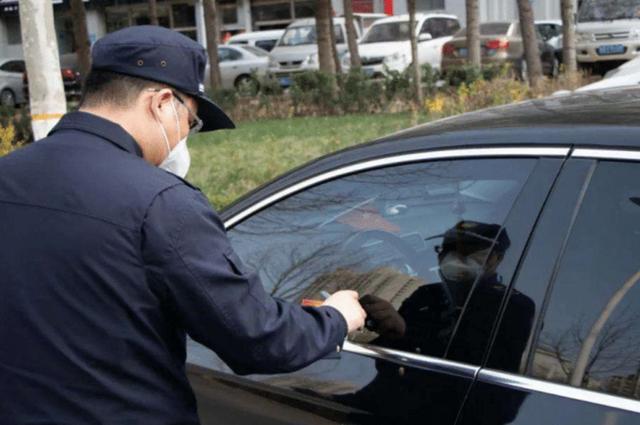 小蜜疯汽车▲未挂牌凯迪拉克违停,交警也不贴罚单,车上这东西引人注意