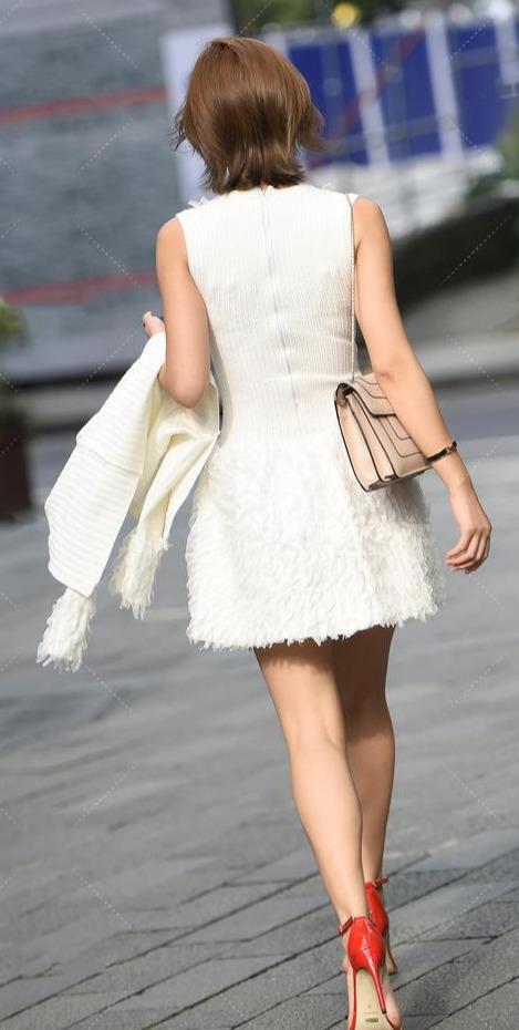 """第五大道姐姐逛街""""真白嫩"""", 衣服像是在牛奶泡过,走路都在发散贵妇气质"""