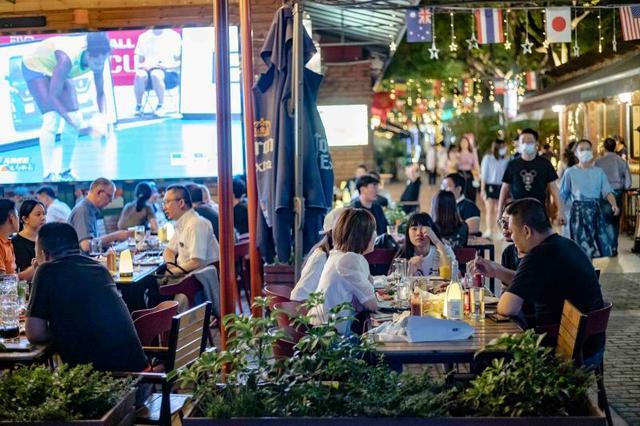 上观新闻▲上海闵行老外街夜市复苏,食客户外喝酒聊天尽享夜时光