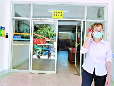 中国新闻网客户端8日起武汉高校毕业生陆续返校 毕业摄影区也贴心准备好了