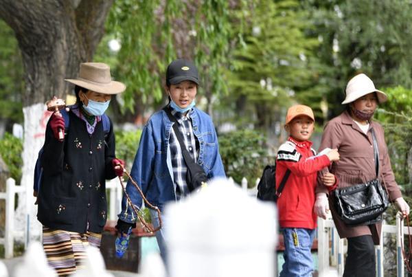 #光明网#拉萨:龙王潭公园迎游客