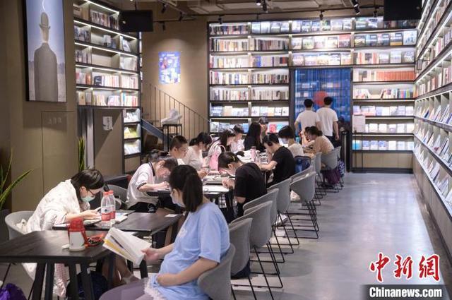 『中国新闻网』端午小长假:书店人气旺