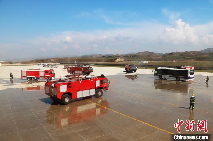 「中国新闻网客户端」青藏高原最大国际民用机场举行2020年应急救援综合演练