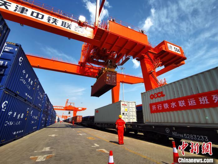 中国新闻网客户端■天津自贸区首开铁水联运中欧班列