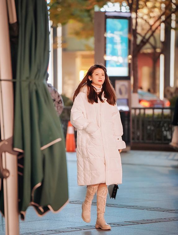 羽绒服+鲨鱼裤,羽绒服+喇叭裤,冬天这么打扮太美了,时髦保暖