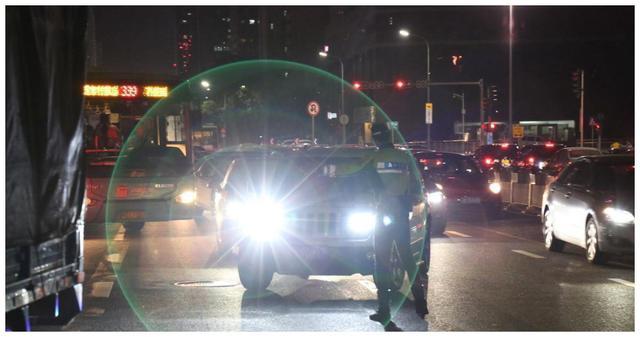【汽车资讯】夜间开车碰到开远光怎么办?老车主:不要对射,用这招试试