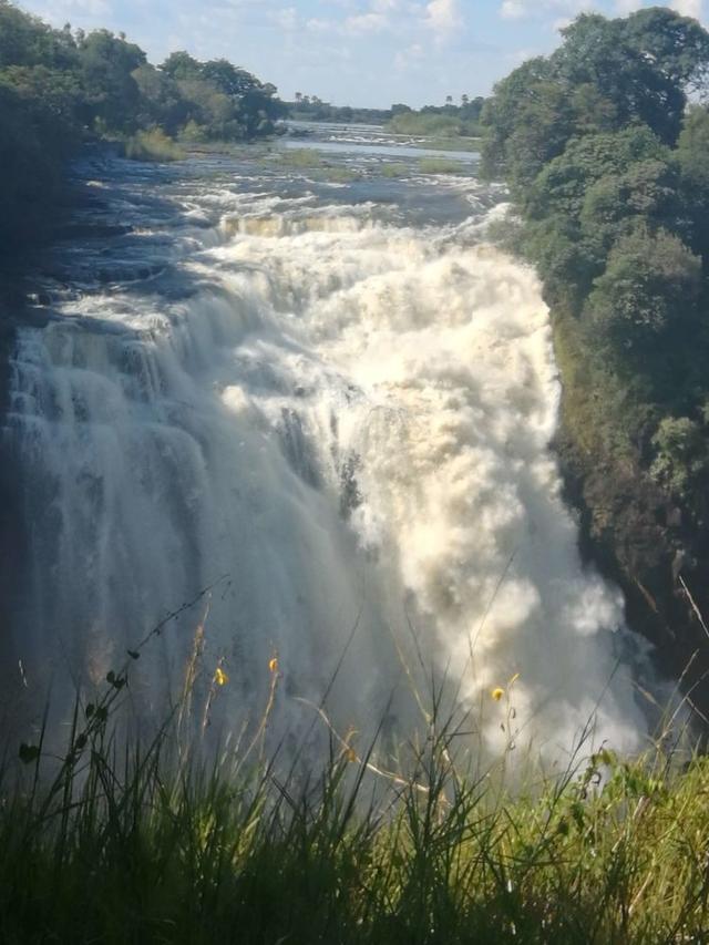 漫步:世界上最壮观的瀑布之一,以排山倒海之势直落深渊,震撼
