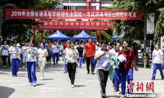 中国新闻网客户端高考倒计时1个月!多地部署考生保障、考试纪律