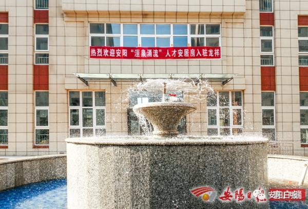 大河网▲安阳市为首批12位人才代表发放安居房钥匙