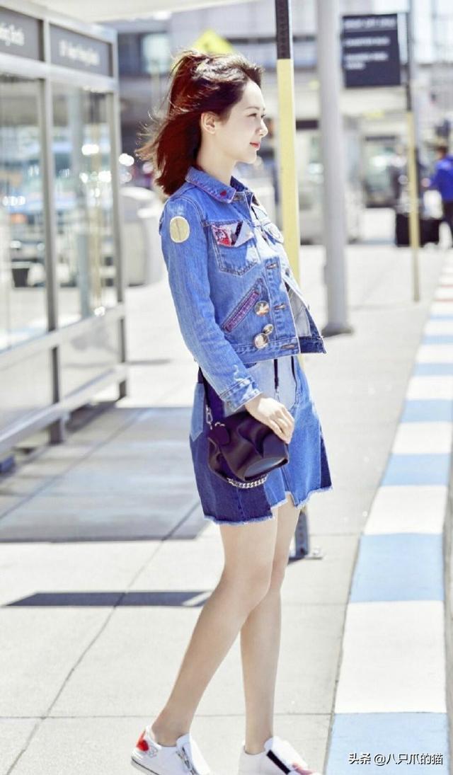 杨紫半扎马尾街拍赚饱眼球!配牛仔套裙可盐可甜,美到你的心尖尖
