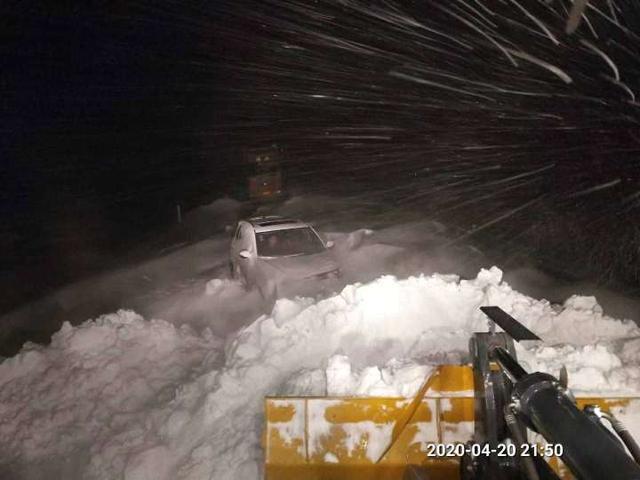 「生活报」齐甘高速过半路段雪阻超50厘米 500多辆车被困数小时获救