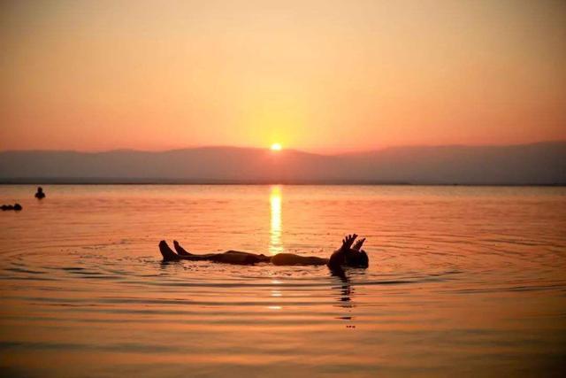 """「约吗旅行」中国山东也有一片""""死海"""",人在水面能够漂浮,盐分含量很高"""