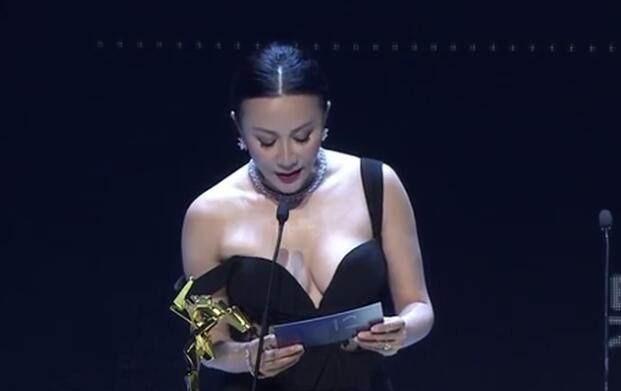 同穿露肩礼服,为何刘嘉玲贾静雯完全不同?生过孩子就是不一样