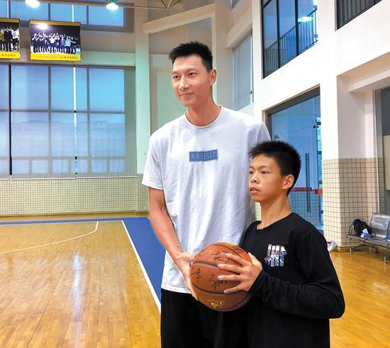 金羊网张家城走进广东宏远篮球俱乐部 独臂篮球少年单挑球星