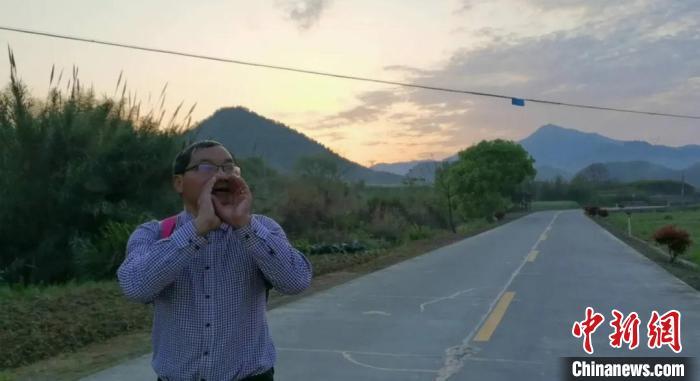 「中国新闻网客户端」浙江老教师每天步行30公里收发作业:再累不能亏待孩子