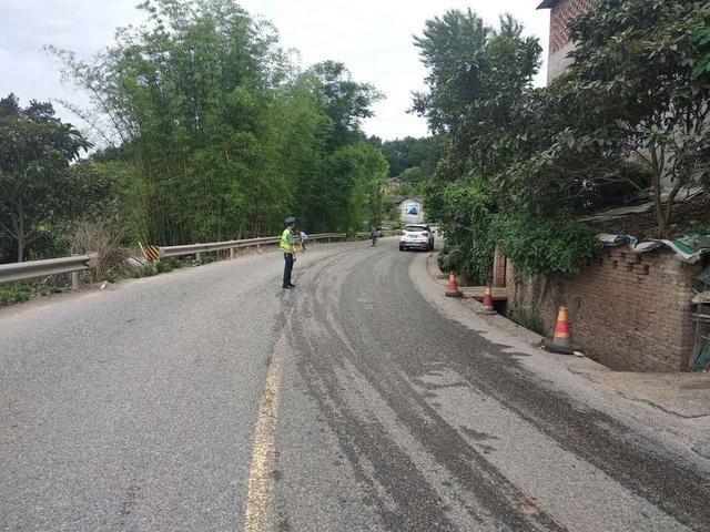 【阿虎汽车】清除路面洒落石子 确保公路通行安全