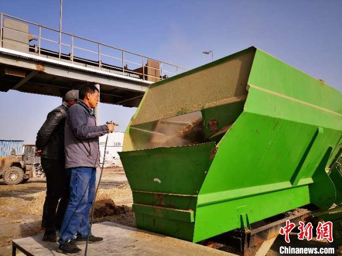 中国新闻网客户端新疆:棉花秸秆微贮技术助农牧民脱贫致富