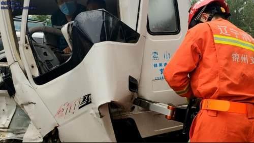 光明网男子驾驶箱货雨天出事故被困车内,锦州消防火速救援