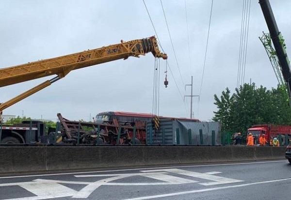 新民晚报雨天路滑务必当心!今晨高速公路发生多起大型车交通事故