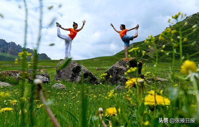 【万丈光芒】甘肃张掖:户外健身秀瑜伽 共度周末快乐时光