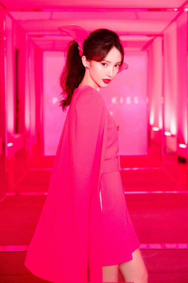 金晨是哪来的勇气?大胆挑战芭比粉斗篷裙,颜值高就是任性