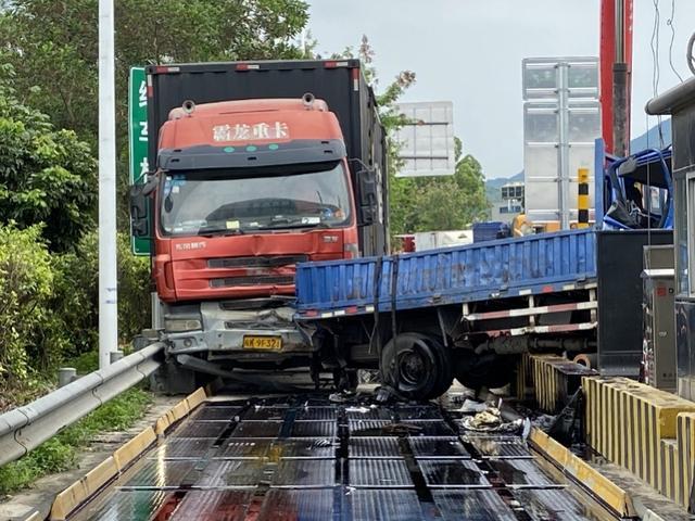 阿虎汽车@惠州沥林收费站,一辆货车刹车不及时致5车追尾,被困者成功救出
