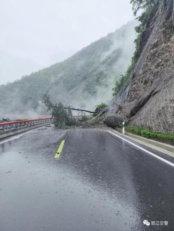 『光明网』暴雨持续!怒江州多处道路受阻中断 交警大雨中坚守