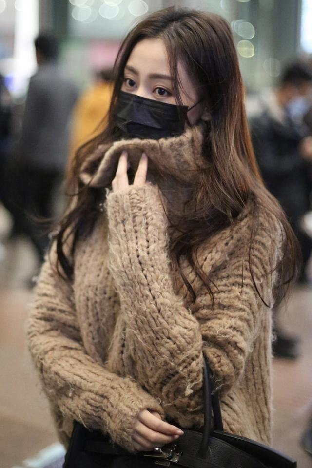 """张天爱的时尚感是真强,""""乞丐衣""""也衬得很新潮,冬天就该这样搭"""