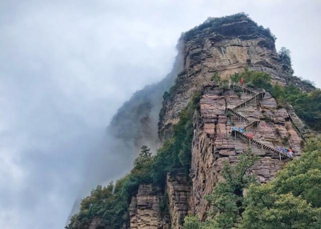 """太行山一座""""惊险""""楼梯,高达88米,耸立在万丈悬崖旁"""