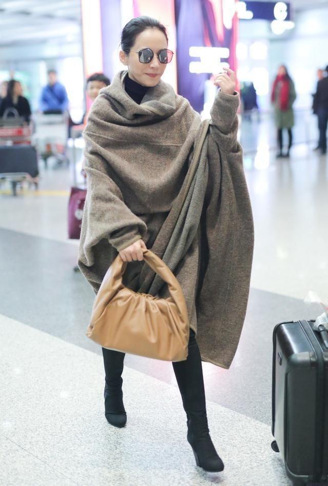48岁俞飞鸿真敢穿,身披一袭床单走机场,全靠气质撑着