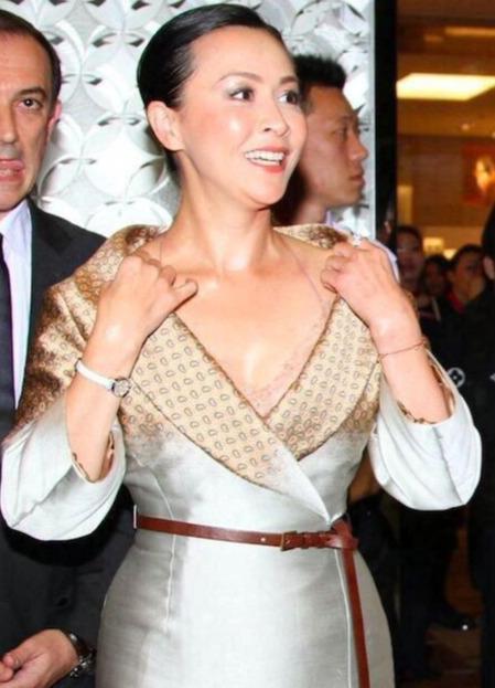 时尚探究社刘嘉玲范冰冰昔日同台斗艳,同穿真丝材质裙装,大家觉得谁赢了