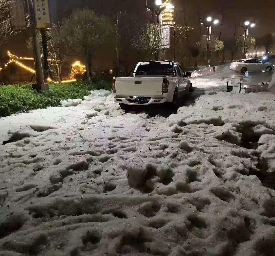 央视新闻客户端▲?贵州晴隆县城遭受冰雹袭击 部分道路一度交通阻断