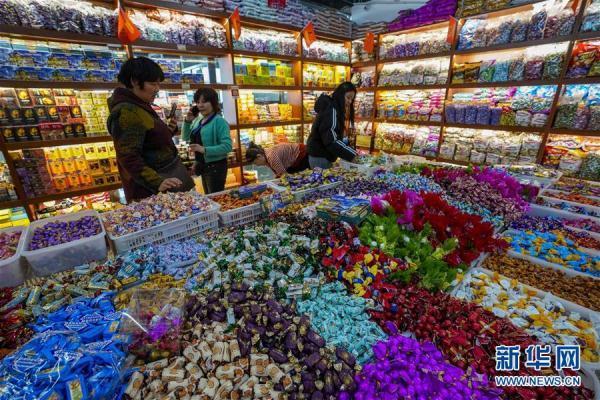 [光明网]新疆:小城边贸市场节前兴旺
