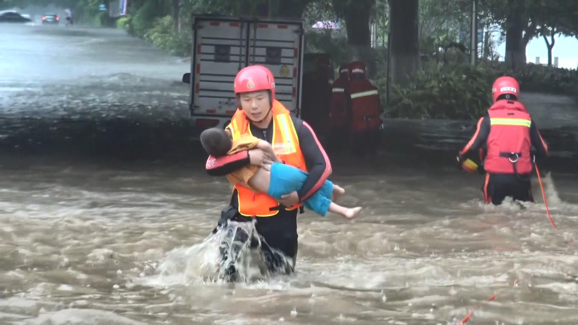 央视新闻客户端广西北流城区内涝多人被困 消防紧急救援