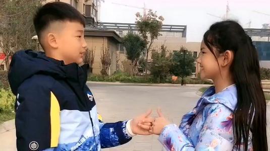 龙凤胎哥哥天天喝牛奶,妹妹长期吃钙片,3年后身高差距明显
