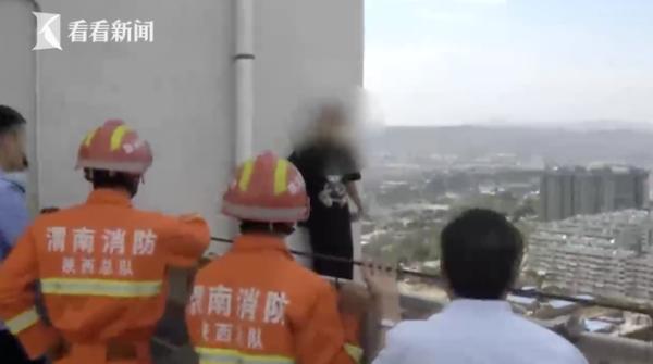 光明网男子欲从27楼轻生 危急时刻民警冲上去死死拽住