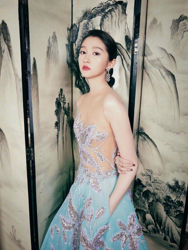 关晓彤越穿越美,珊瑚蓝波光海星礼服裙超有范,低马尾女人味十足