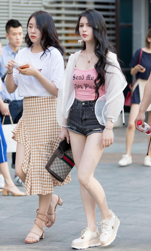 街拍:时尚与动感的两个小姐姐,我给满分