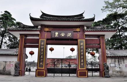 """「旅行百事通」广东鲜为人知的百年古村,房屋可达773间,被当地人称""""小故宫"""""""