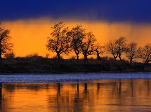 """『世界那么大』新疆唯一向西流的河,蕴含大量矿藏资源,被誉为""""金山银河"""""""