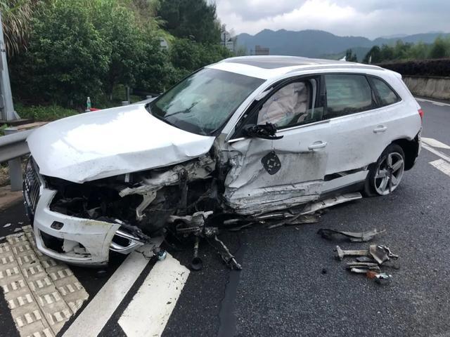 『汽车资讯』赶回连城办事!一小车在高速路上剧烈碰撞护栏,幸好有它救命