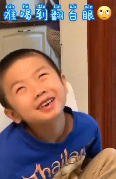 """东北网▲坑娃老手!韩胖请儿子喝""""饮料"""" 儿子被整成表情包"""
