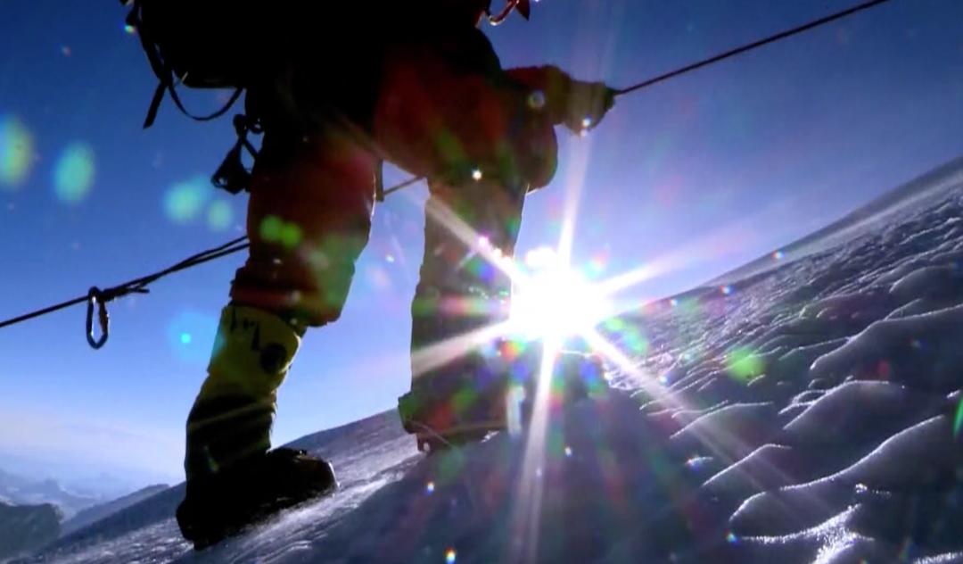 央视新闻客户端新闻周刊丨来之不易的珠峰登顶,攀登者经历了哪些挑战?